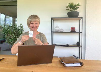 Praxisinhaberin Carolin Huss bei der Videotherapie