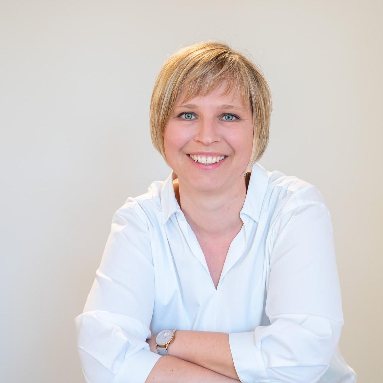 Portraitbild der Logopädin und Praxisinhaberin Carolin Huss