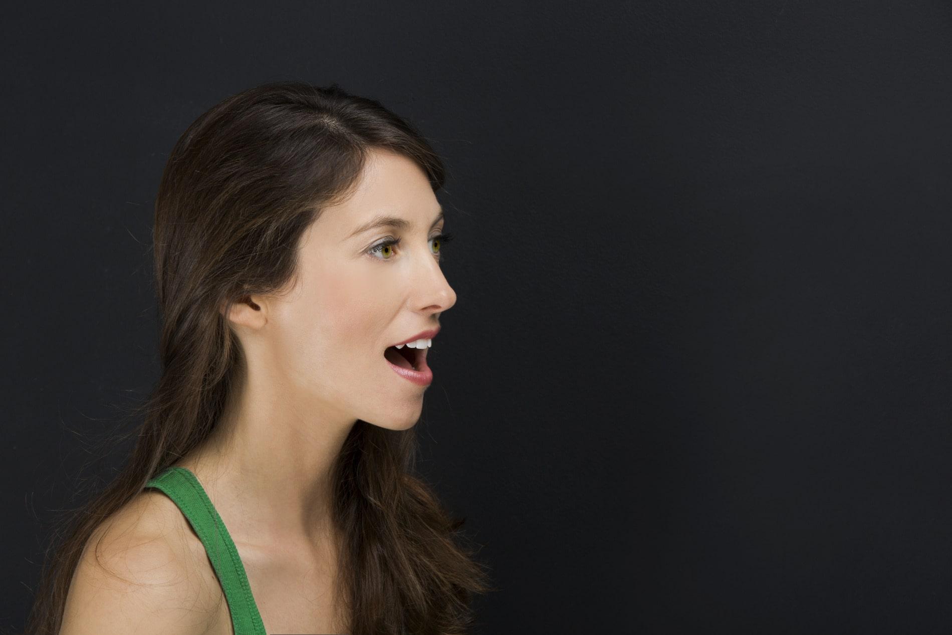 Foto einer Frau mit geöffnetem Mund